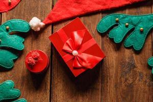 rote Geschenkbox und Weihnachtsmütze foto