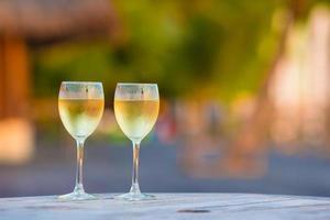 Gläser Weißwein zur goldenen Stunde foto