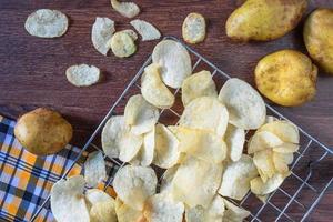 einige frisch gebratene Kartoffelchips