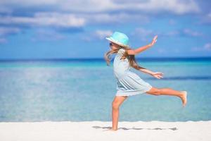 Mädchen läuft am Strand foto