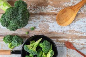 Brokkoliröschen in einer Schüssel mit einem Löffel