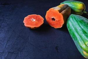 frische Papaya auf schwarzem Hintergrund