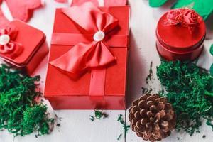 rote Geschenkbox auf weißem hölzernem Hintergrund für Weihnachtstag foto
