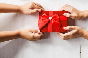 zwei Leute streiten sich um ein Geschenk foto