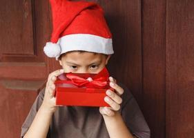Junge mit Geschenkbox am Weihnachtstag foto