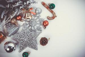 Weihnachtsschmuck auf weißem Hintergrund