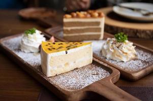 Passionsfruchtkuchen mit Vanilleschicht foto