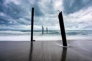 große Welle trifft den Strand bei stürmischem Wetter foto