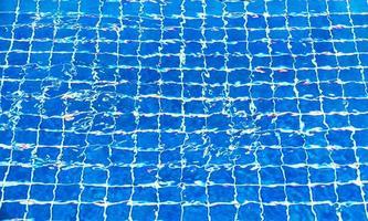 zerrissenes Wasser im Schwimmbad