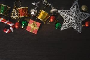 Weihnachtsschmuck auf hölzernem Hintergrund