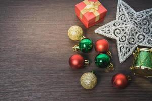Weihnachtsschmuck auf hölzernem Hintergrund foto