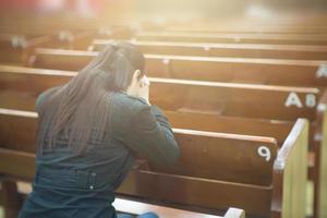schöne asiatische Frau, die am Morgen in der Kirche betet.
