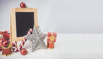 Weihnachtsschmuck auf weißem Hintergrund foto