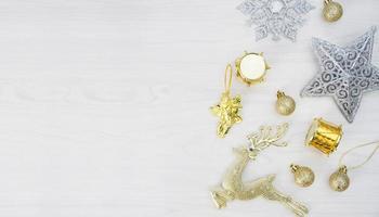 Weihnachtsschmuck auf weißem hölzernem Hintergrund