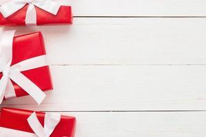 Weihnachtsrot Geschenkboxen Dekoration auf weißem Holztisch