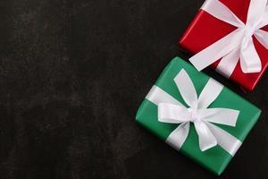 Draufsicht von Weihnachtsgeschenkboxen auf Schmutzhintergrund