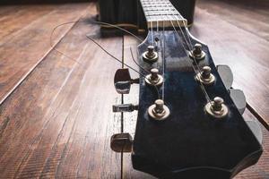 Gitarrenkopf mit ungeschnittenen Saiten foto