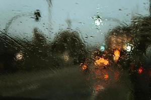 Regen fällt über den Kristall des Autos