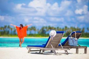 Frau, die sich während des Strandurlaubs entspannt