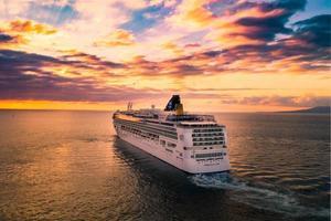 weißes Kreuzfahrtschiff unter bewölktem Himmel foto