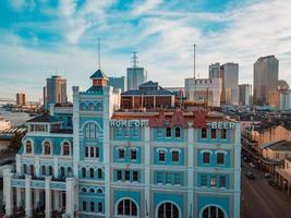 Architekturfoto eines blauen und weißen Gebäudes