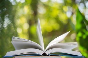 Nahaufnahme des offenen Buches mit Naturbokehhintergrund