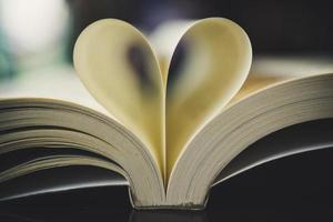 gekräuseltes Papier in Form eines Herzens mit verschwommenem Bokeh foto