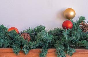 Weihnachtsschmuck auf hölzernem und weißem Hintergrund