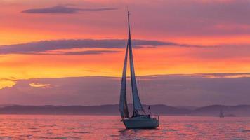 Segelboot während des Sonnenuntergangs