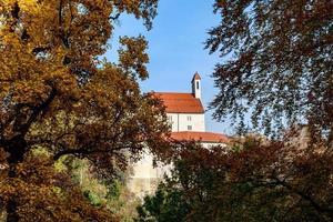 rot überdachtes Gebäude durch die Bäume foto