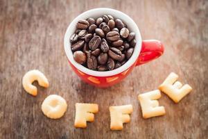 Draufsicht von Kaffee-Alphabet-Keksen mit einer roten Kaffeetasse foto