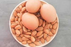 Draufsicht auf einen Teller mit Mandeln und Eiern
