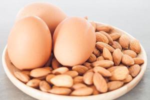 Nahaufnahme von Eiern und Nüssen