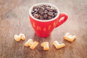 Lächeln Alphabet Kekse mit einer roten Tasse foto