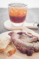 Schweinesteak und ein Soda foto