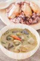 Suppe mit einem Hühnchen-Reis-Gericht
