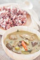 Teller mit Beerenreis und grünem Curry