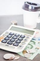 Taschenrechner und Geld auf grauem Hintergrund foto