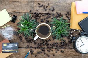 Büroarbeitsgeräte und Kaffee auf Holztisch