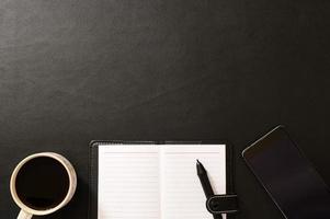 Schreibtisch mit Schreibwaren und Kaffee foto