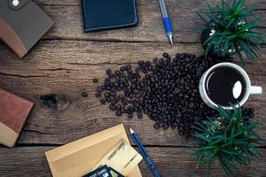 Holzschreibtisch mit Notizbuch und Kaffee foto