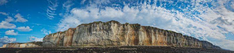 braune Felsformation unter einem blauen bewölkten Himmel foto