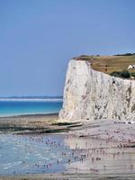 Normandie, Frankreich 2018-Strandgänger säumen die Küste während der Reisesaison