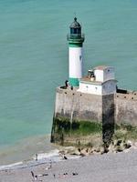 Normandie, Frankreich 2018-Strandgänger säumen die Küste während der Reisesaison foto