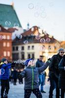 Kinder spielen mit Blasen