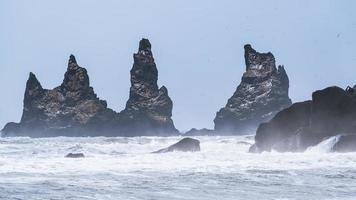 schwarze Felsformationen im Meer foto