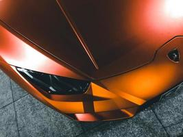 Kish Island, Iran, 2020 - Draufsicht auf ein orangefarbenes Lamborghini-Aventador-Coupé