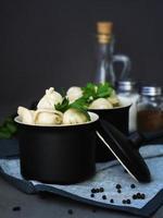 weiße Dim Sum in einem Suppentopf foto