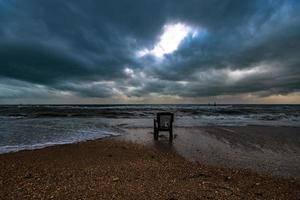 Stuhl am Strand in der Nacht