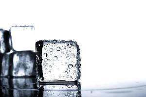 Eiswürfel mit Wassertropfen foto